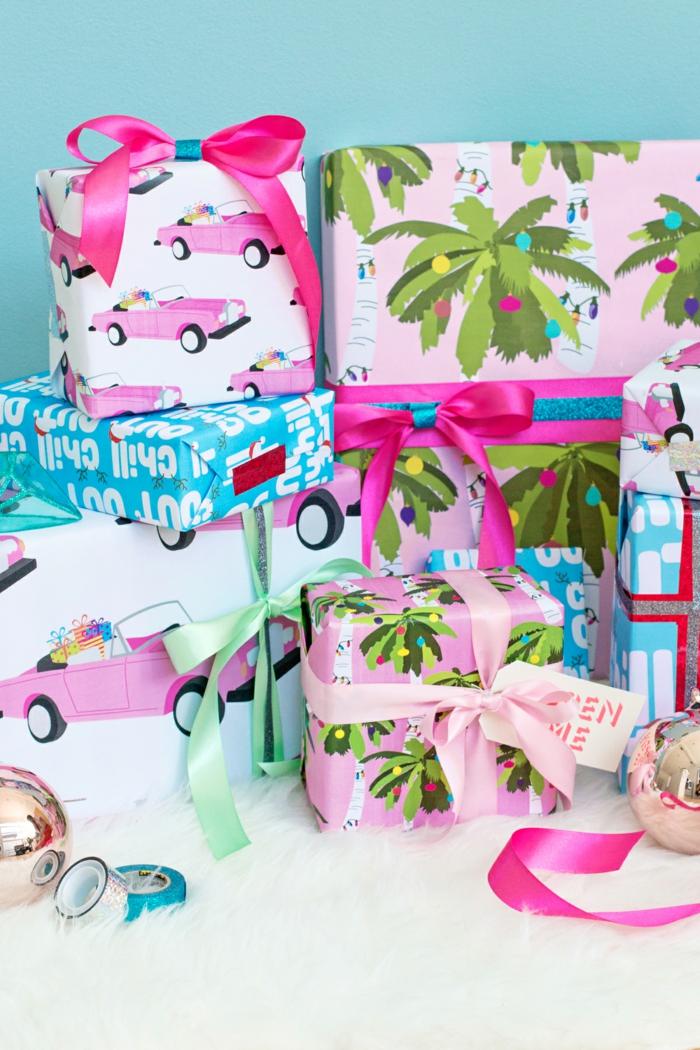 Coole Verpackungen für Weihnachtsgeschenke in fröhlichen Farben, mit bunten Bändern verziert
