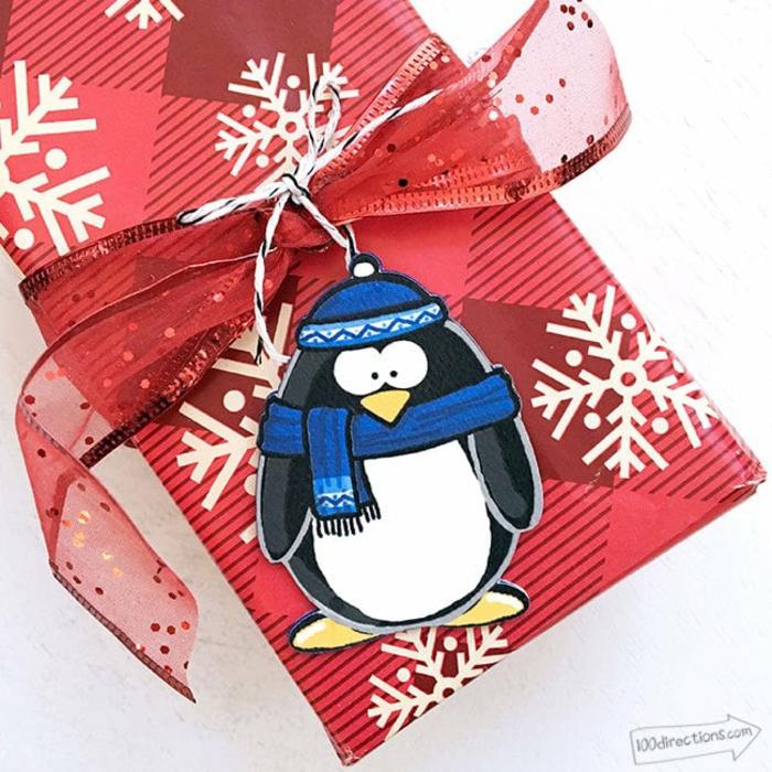 Geschenkverpackung mit großem Band und Pinguin-Anhänger, Ideen für Kindergeschenke