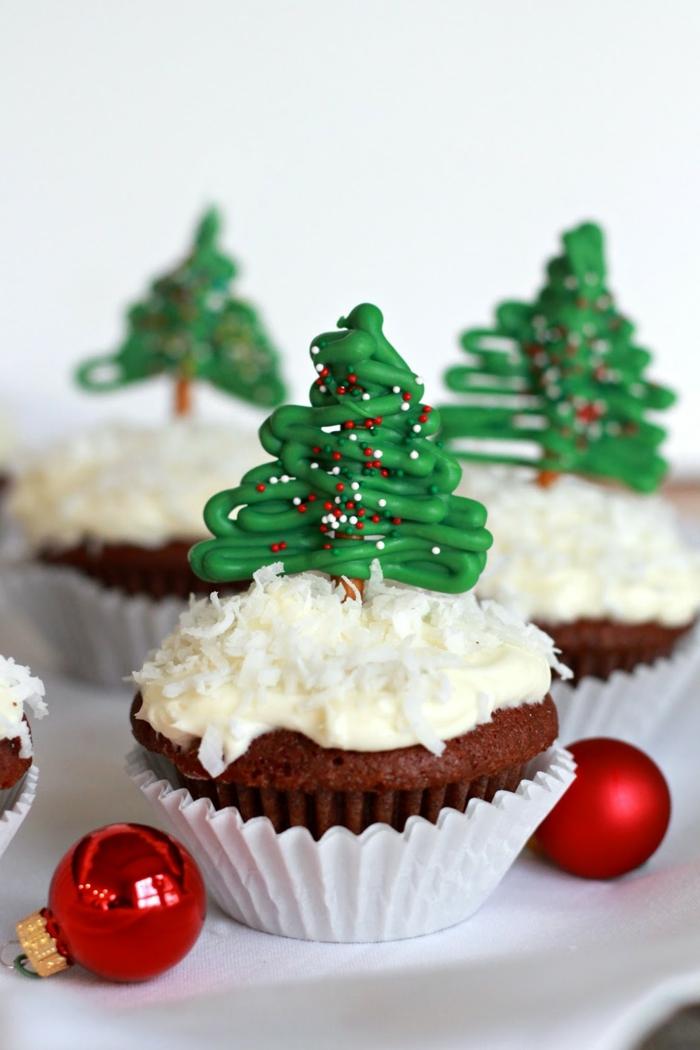 Cupcakes mit Christbäumchen, schöne Überraschung zu Weihnachten, kleine rote Christbaumkugeln