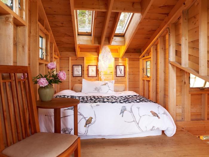 Mansarde Wohnung Wohninspirationen Vase Mit Rosaroten Blumen Weiße  Bettwäsche Decke Hölzerne Wohnung Stuhl Fenster Am Dach