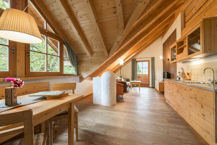 kleine wohnung einrichten kleine mansarde groß wirken lassen holzhaus wohnideen wohnküche idee für kleine maisonette