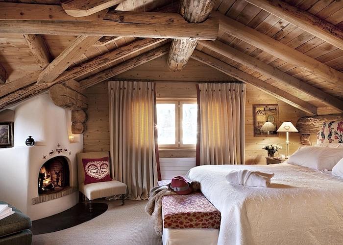 mansarde im skandinavischen stil kamin kaminofen bett bettwäsche rot und weiß lampe stehlampe einfach und dezent eingerichtet schöner wohnen