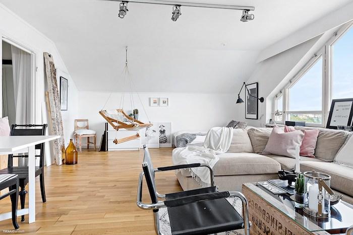 kleine wohnung einrichten einzimmerwohnung mansarde hängender stuhl esszimmer küche und wohnbereich auf einmal großes sofa