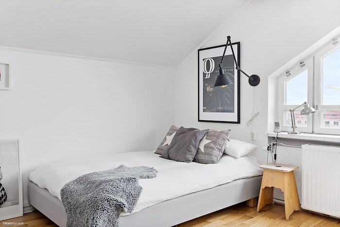 kleine wohnung einrichten bett schlafzimmer in weiß und grau graue kissen mit sterne wandbild deko stehlampe an der wand