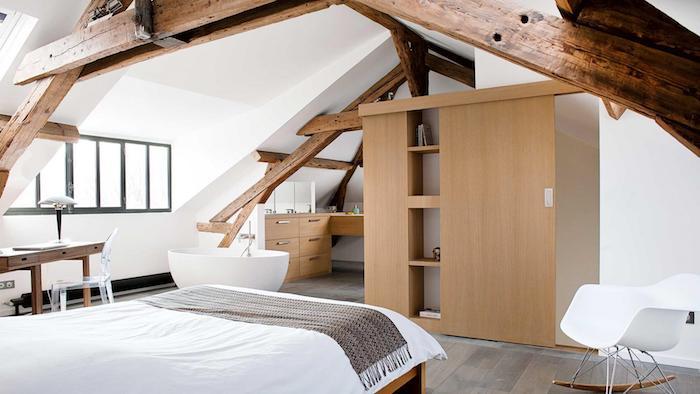 mansardenwohnung schlafzimmer mit kleiderschrank graue bettdecke wanne im zimmer wiegestuhl weiß