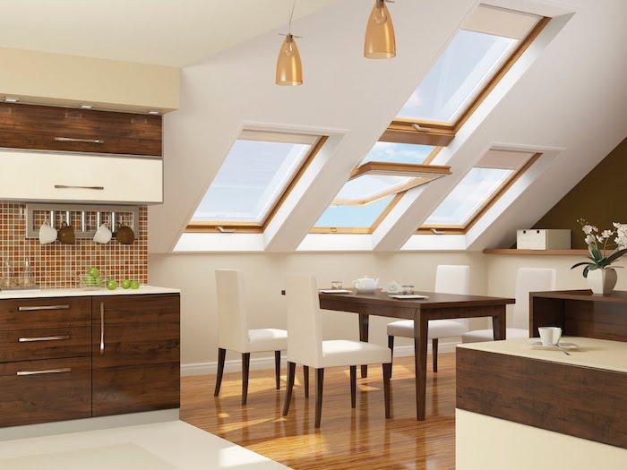 mansardenwohnung lampen in goldenen nuancen hängen vom dach dachgeschosswohnung wohnküche küche waschbeken esstisch mit weißen stühlen weiße blumen in vase