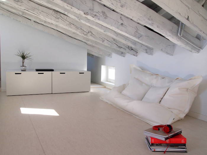 Mansardenwohnung Kreatives Sofa Auf Dem Boden Weißes Sofa Rote Bücher  Leseecke Erholung Zu Hause Entspannungszimmer