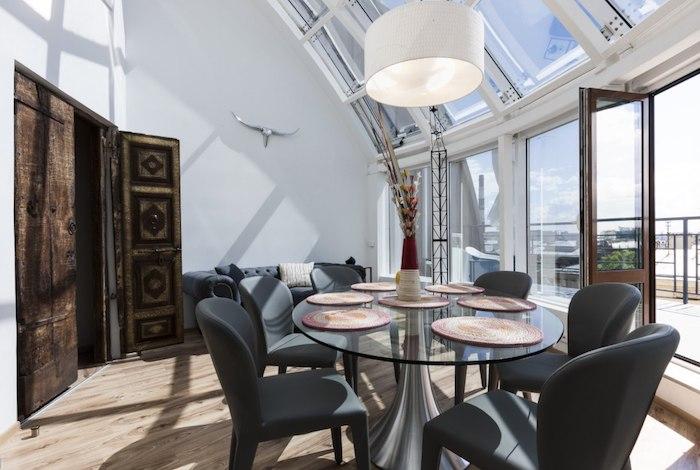 wohnung inspiration maisonette einrichten wohnbereich auf dem zweiten stock esstisch aus glas mit schwarzen stühlen antike tür große terrasse