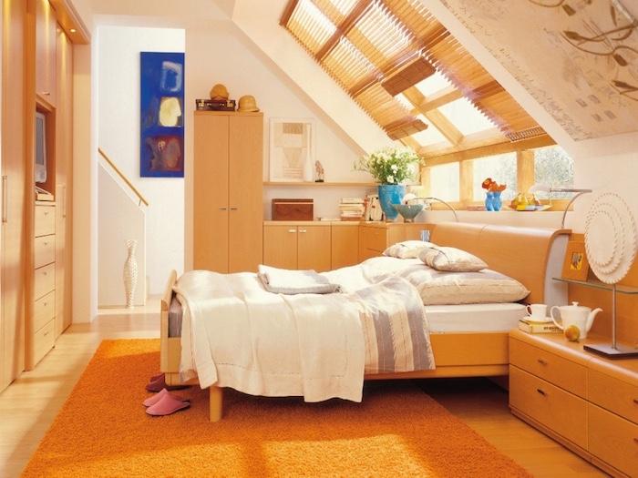 dachgeschosswohnung dachwohnung ideen blaue wanddeko wandbild schlafzimmer auf dem letzten stock maisonette oranger teppich