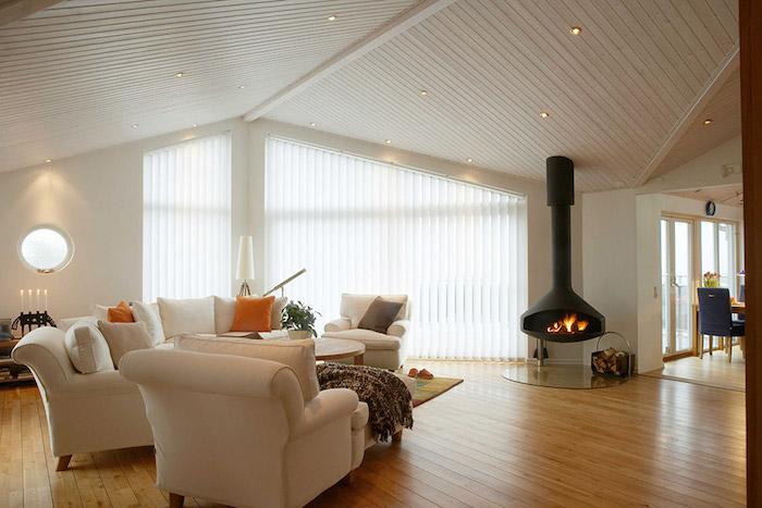Wohnung Gestalten Weiße Wohngestaltung Modernes Wohnzimmer Wohnbereich Mit  Sofa Sessel Und Kamin Große Mansardenwohnung