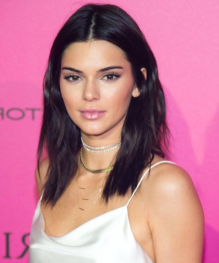 frisuren schulterlang wie kendall jenner braun schwarze haare natürlich rosa lippen weißes outfit
