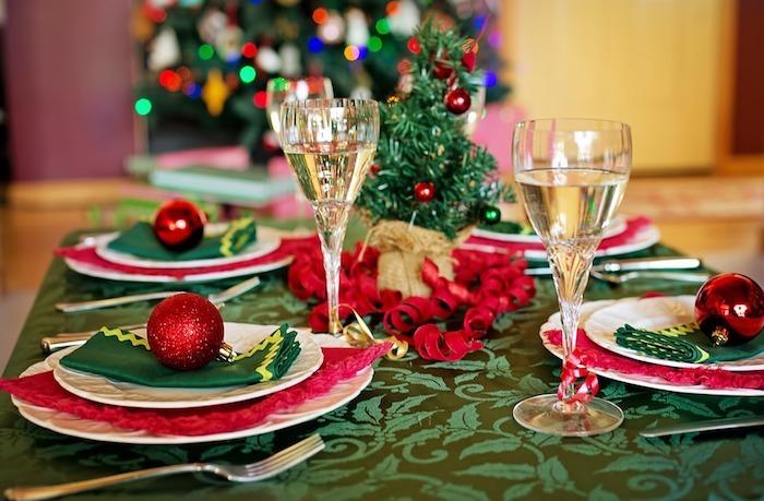 Weihnachtstischdeko grüne decke zu weihnachten weihnachtstisch dekorieren und verzieren hohe gläser für wein weißein