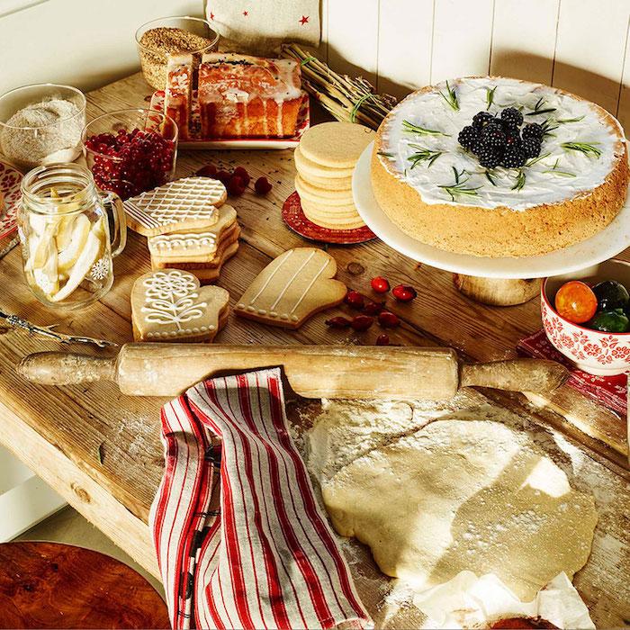Weihnachtstischdeko die beste weihnachtliche verzierung sind die hausgemachten süßigkeiten pläzchen kuchen torte blätterteig