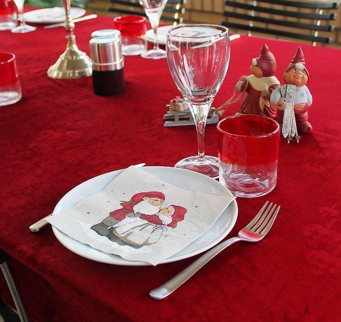 Weihnachtstischdeko rote tischdecke und servietten mit weihnachtlichen motiven tolle idee
