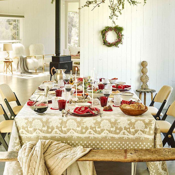 Weihnachtstischdeko weihnachtlicher tisch verzierung zum erstaunen goldene decke tischdecke kranz an der wand wanddeko