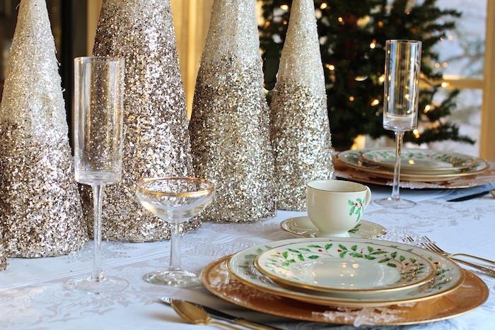weihnachten inspirierende bilder zum beliebten fest tolle idee kerzen mit goldenem glitzer teller gläser