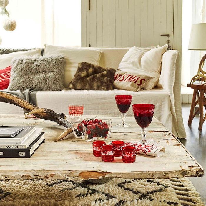weihnachten weihnachtsbilder zum inspirieren rote gläser holztisch hölzerne möbel sofa mit dekokissen ideen zum getsalten