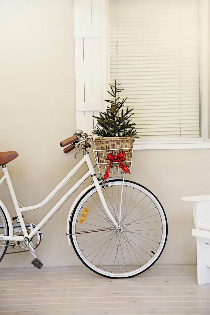 Kleines Christbäumchen im Fahrradkorb, mit rotem Band verziert, Idee für Weihnachtsdekoration