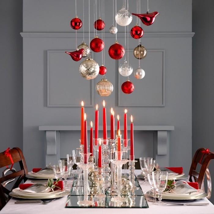 tischdekorationen zu weihnachten und silvester schöne festliche deko in rot und golden kugeln verzündete kerzen goldene elemente deko ideen