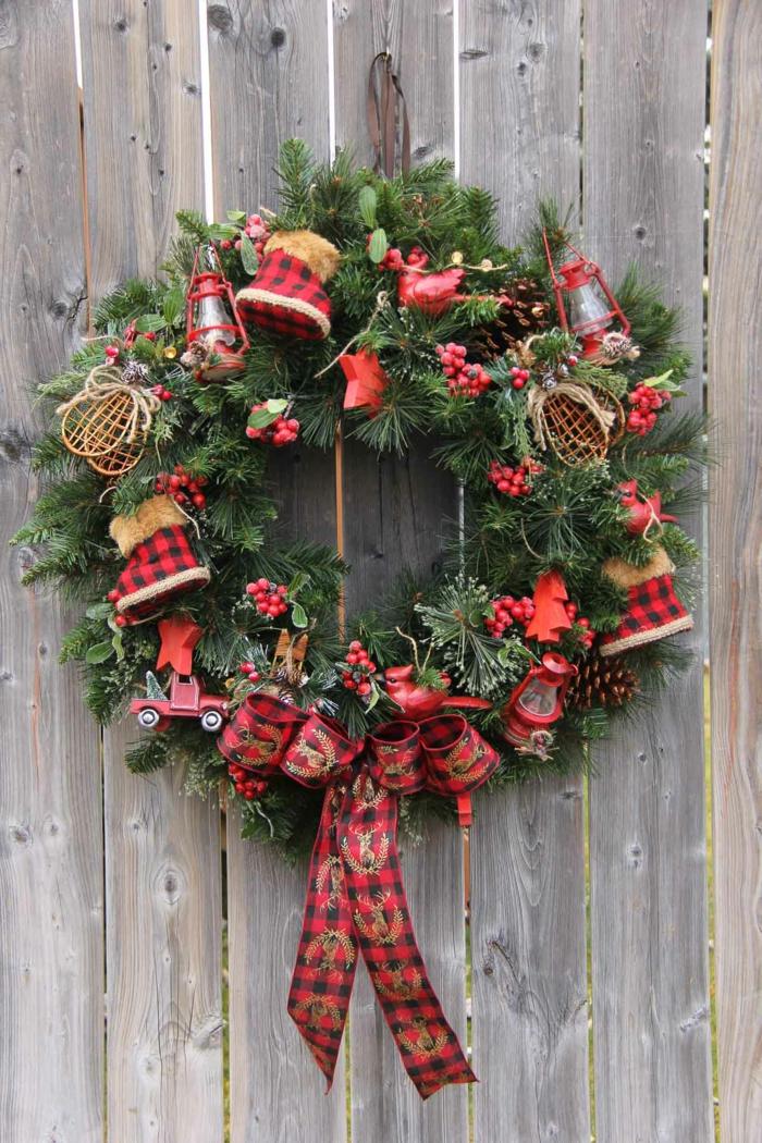 Weihnachtskranz aus Tannenzweigen selber machen, mit Weihnachtsschmuck und großem Band verzieren