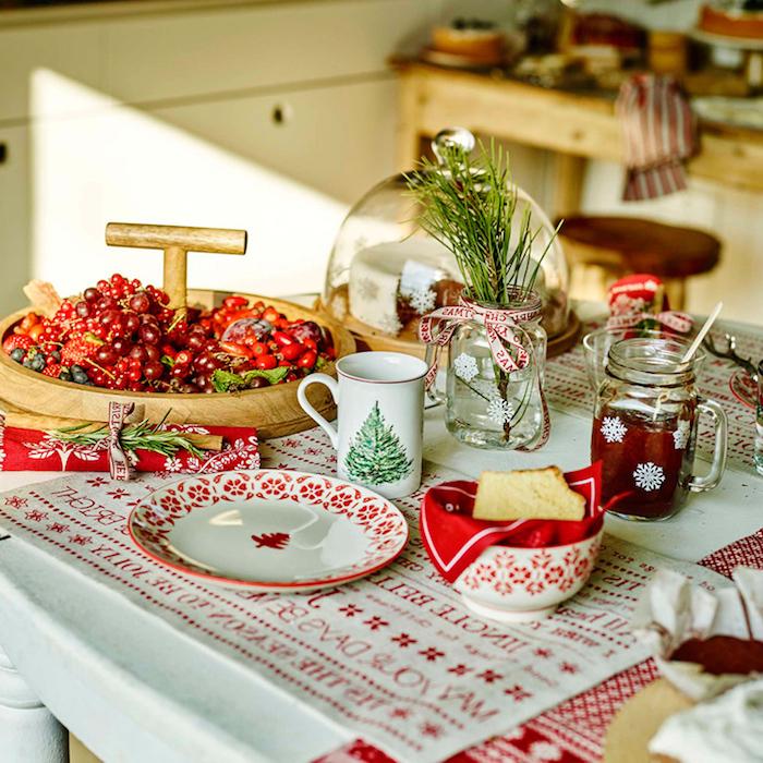 weihnachten winterfeste weihnachtliche stimmung selber schaffen rote beere schüssel deko in weiß und rot