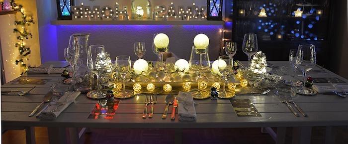 tischdekorationen den tisch zu weihnachten dekorieren lechtende dekorationen lampen kerzen led lichter schönes flair zu hause