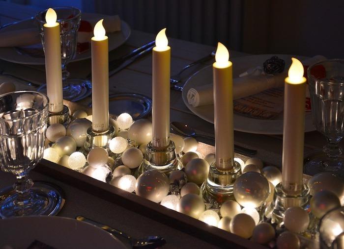weihnachten deko ein tablett voll mit weihnachtlichen kugeln und 5 led kerzen lichter, die nicht mehr gefährlich sind elektro kerze