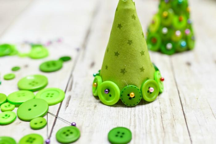 Kleine Christbäumchen aus Styropor und grünen Knöpfen basteln, einfach und schnell Weihnachtsdekoration selber machen