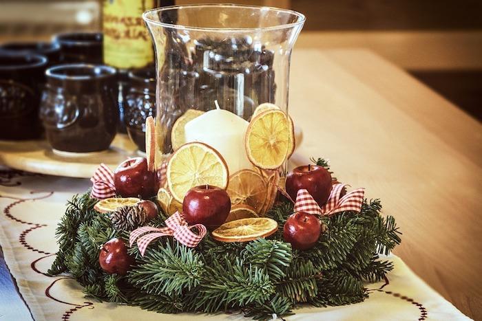 weihnachtsdeko auf dem tisch schön gestalten verzieren und den tollen effekt genießen orangenscheiben kranz mit kerze