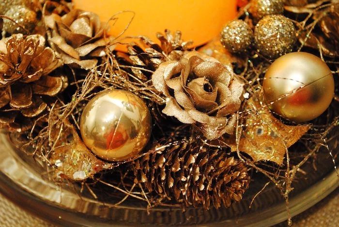 weihnachtsdeko in goldener farbe schöne dekorationen zum fest weihnachten schön verzieren