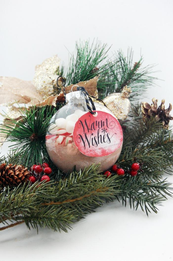 Christbaumkugel mit Schokoladenpulver und Marshmallows füllen, coole Idee für Weihnachtsgeschenk zum Selbermachen