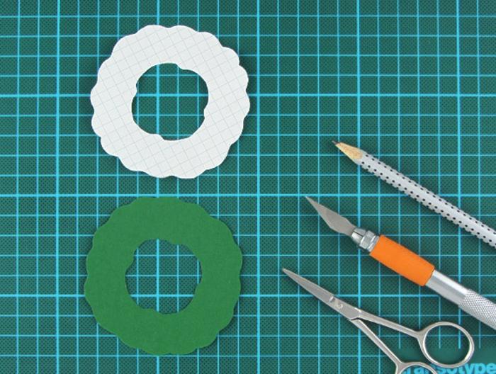 Weihnachtskarte selber basteln, kleinen Weihnachtskranz mit Cutter ausschneiden, coole Idee zum Nachmachen