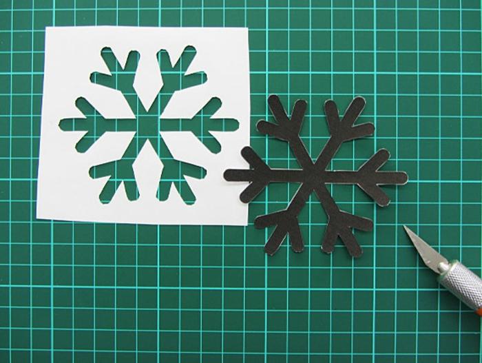 Weihnachtskarte selbst gestalten, Schneeflocke mit Cutter ausschneiden, DIY Idee für Erwachsene