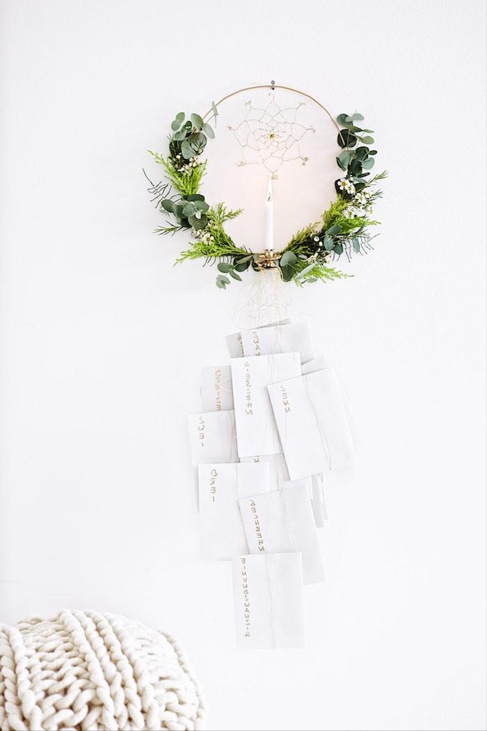 ein traumfänger mit einer langen weißen kerzen und grünen pflanzen - einen adventskranz selber machen
