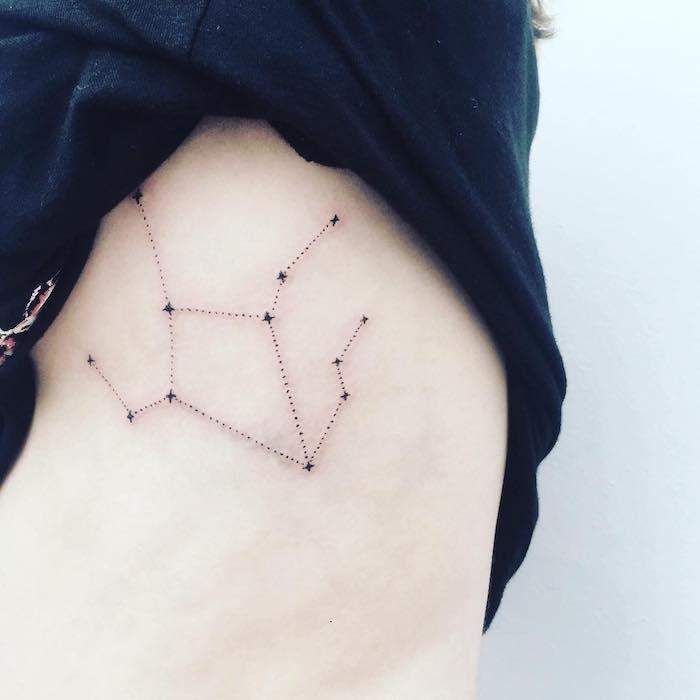großer schwarzer tattoo mit einem schwarzen sternbild mit einigen kleinen schwarzen sternen