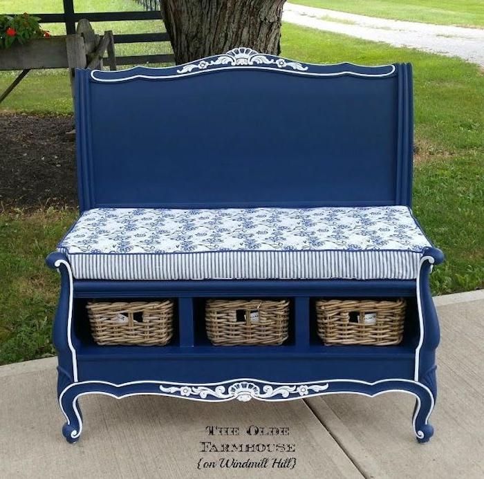 eine blaue kleine gartenbank aus einem alten blauen bell - gartenbank aus bett selber bauen - garten mit grass und baum