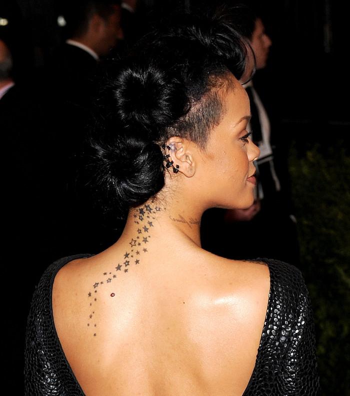 ein tattoo mit vielen kleinen und großen weißen und schwarzen sternen - junge frau und schwarze haare