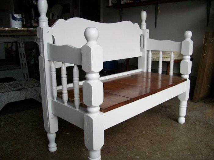 eine weiße bank aus holz selber bauen - gartenbank aus einem alten weißen bett für den außenbereich