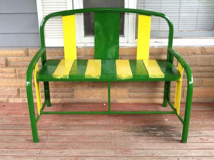 eine kleine grüne gartenbank aus metall - bank aus einem alten grünen bett