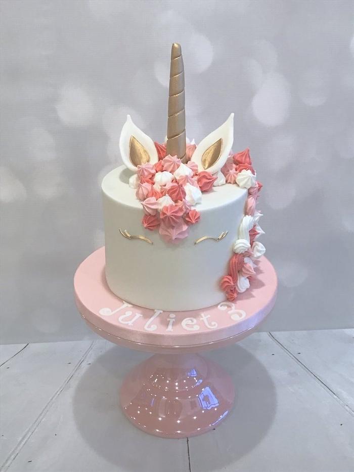 idee für eine weiße einhorn torte mit einem weißen einhorn mit einem langen großen goldenen horn und mit einer pinken langen mähne aus sahne - idee für einhorn kuchen deko