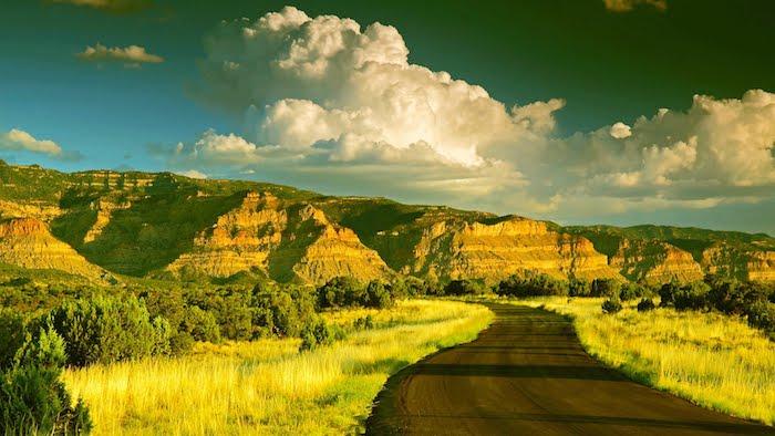 ein bildschönes Foto - die Berge, die Wolken, den Weg - alles erstrahlt im Morgenlicht