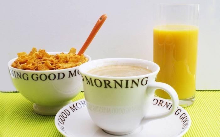 eine Tasse Kaffee, Cornflakes, ein Glas Orangensaft - die Grundlagen eines gesunden Frühstück - Guten Morgen Bilder