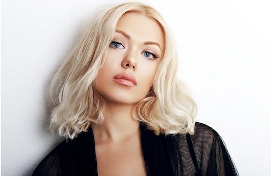 moderne frisuren blonde haare natürlicher look dezente locken wilde frisur schöne model volle lippen make up ideen