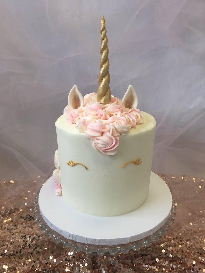 hier ist eine idee für eine weiße einhorn torte mit einem weißen großeb einhron und mit einem sehr langen goldenen horn und mit einer dichten pinken mähne aus sahne