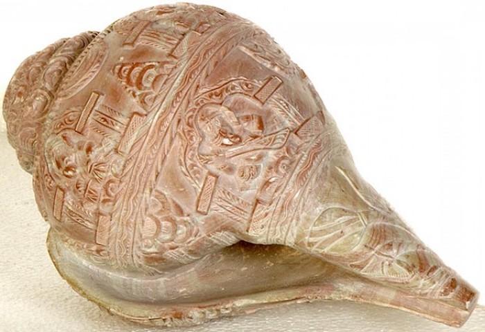 Muschel als Musikinstrument, Muschel mit Schnitzereien, die Pyramiden und Tempel darstellen, lackierte Muschel, dekorative Muschel
