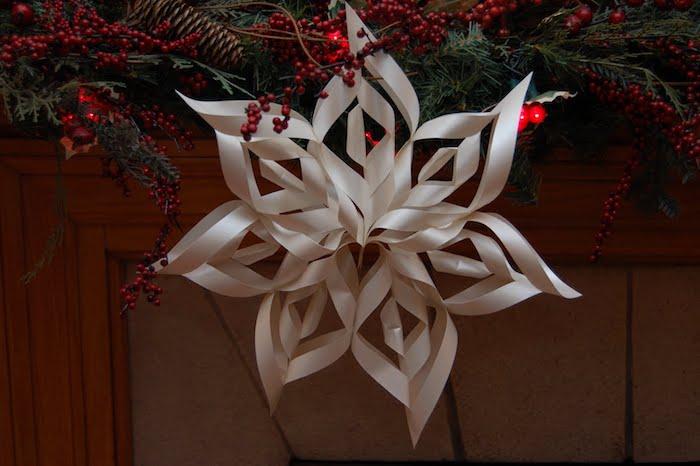 eine große weiße Schneeflocke und andere Weihnachtsdekoration - Bastelideen Winter