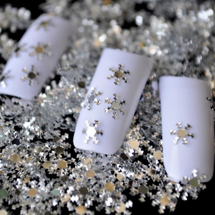 kleine Schneeflocken aus einem glänzenden Papier zum Bekleben - Bastelideen Winter