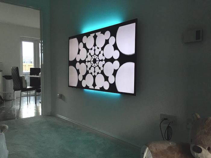 tv wohnwand fernsehwand wandgestaltung ideen schwarz weiße gestaltung fernseher mit led lichtern hinter sich