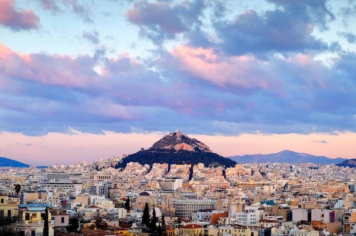 flug athen wolken sehenswürdigkeiten aussicht über die stadt athen sonnenaufgang sonnenuntergang rosaroter himmel schöne farben natur in griechenland viele gebäude moderne und antike architektur