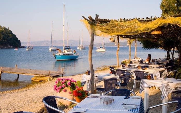 flug athen reise nach athen schöne strand meeresufer urlaub in der hauptstadt von griechenland boote im meer mittelmeer strandrestaurant